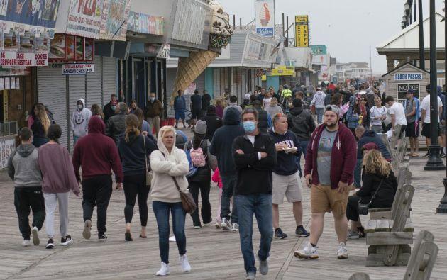 En algunas playas se vieron el sábado escenas de cientos de personas amontonándose. Foto: AFP