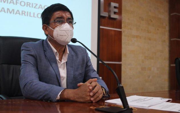 """El alcalde de Daule, Wilson Cañizares, recordó que al cambiar al color de semáforo epidemiológico de mayor libertad """"tampoco significa que vamos a tener una vida igual que antes porque siguen las restricciones""""."""