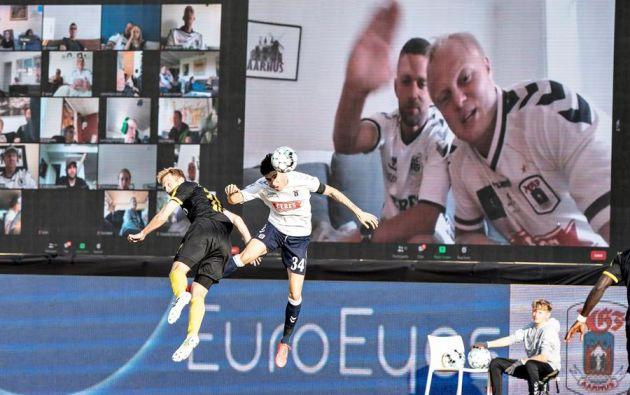 """Los aficionados de ambos equipos pudieron sacar de forma gratuita su entrada """"virtual"""". Foto: EFE."""