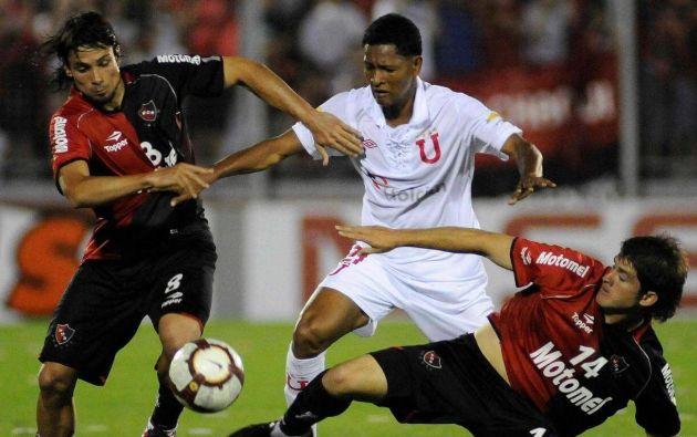 El volante de Liga de Quito, que disputó en el cuadro albo de 2009 hasta 2010, ganó tres títulos. A finales de año se destapó el caso de suplantación de identidad. El reclamo se da porque el jugador confesó que Liga sabía de su problema antes de la final internacional de 2010.