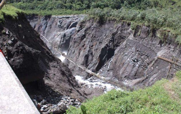 Los ríos Montana y Marker, afluentes del río Coca, han aumentado su caudal y entraron en un agresivo proceso de erosión agresiva hacia la carretera, pero también se ha dirigido hacia dos oleoductos y un poliducto que corren paralelos a la vía que une Pichincha y Sucumbíos.