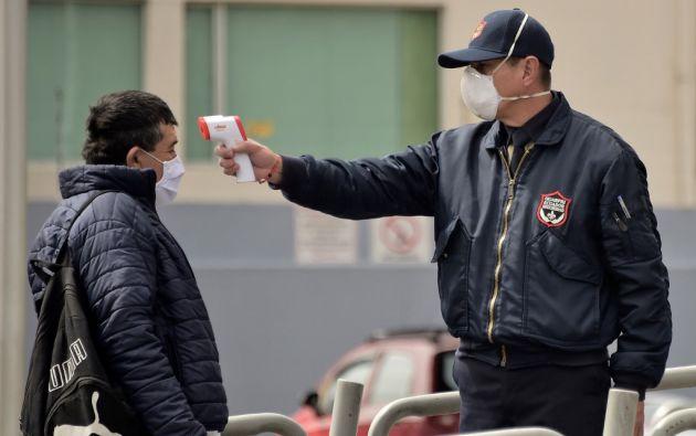 Mientras los controles se concentran en el transporte urbano, a dos familias quiteñas no les han realizado la prueba del covid-19. Foto: AFP.