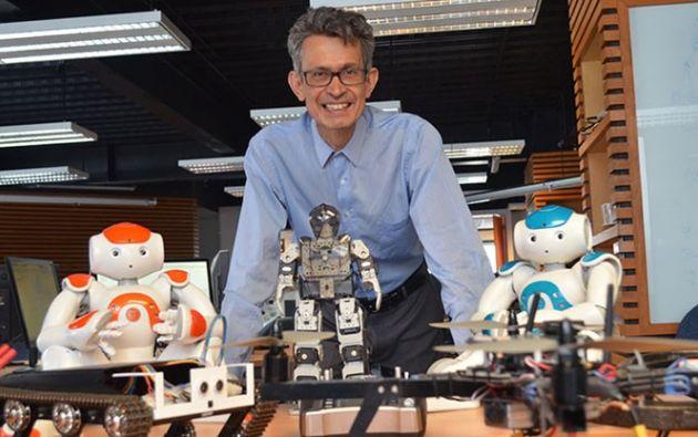 """""""El robot podría apoyar en el monitoreo del estado general de salud de los pacientes y el aprovisionamiento de medicamentos en áreas COVID-19"""", explicó el desarrollador del invento Juan Humberto Sossa Azuela."""