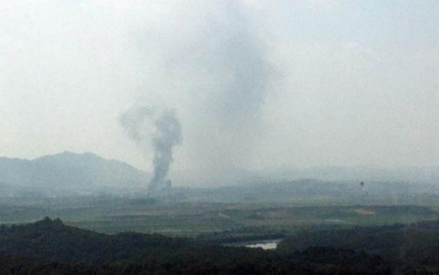 El humo se eleva desde el Complejo Industrial Kaesong de Corea del Norte, donde se estableció una oficina de enlace intercoreana en 2018. Foto: AFP.