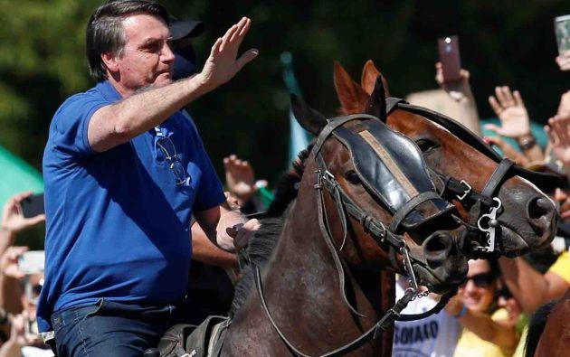 Bolsonaro sobre un caballo, lideró el pasado 31 de mayo una manifestación para la reapertura económica de Brasil en plena pandemia. Foto: Reuters.