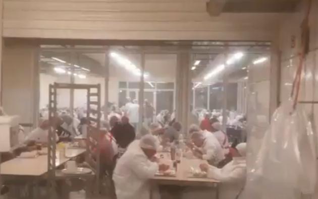 Los trabajadores de la empresa no respetaban la distancia de seguridad.