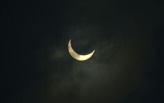 En este tipo de eclipse, la luna pasa por delante del sol.| AFP