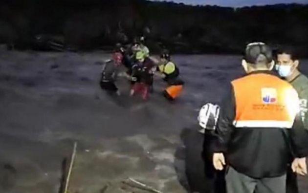 La corriente ha afectado un tramo del puente situado en el cantón Morona.