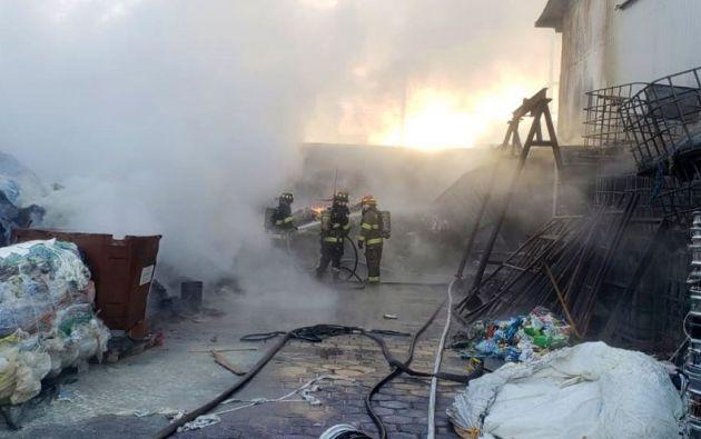 El incendio generó una columna de humo que alertó a barrios cercanos como Carapungo y Carcelén.