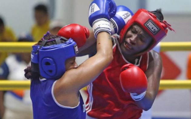 Ecuatoriana Erika Pachito enfrentando a la colombiana Jessica Sinisterra en la final de boxeo 75 kg en los XVIII Juegos Bolivarianos el 17 de noviembre de 2017 en Santa Marta (Colombia). Foto: EFE.