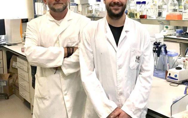El director del equipo de investigadores de Microbiología de la Universidad de Cádiz (UCA), Francisco Javier Fernández Acero (i), y el investigador Rafael Carrasco Reinado, posan en su laboratorio en Cádiz. Foto: Reuters