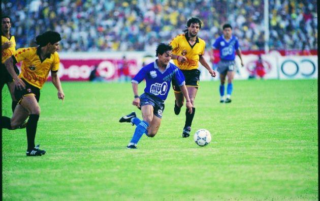 Dannes fue un gran protagonista de los clásicos ,en la foto de 1992 supera a Tony Gómez y Raúl Noriega, en ese equipo considerado uno de los mejores de la historia azul. Fotos: Revista Estadio.