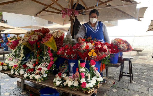 Las vendedoras usan trajes protectores y mascarillas. Foto: Fundación Turismo para Cuenca.