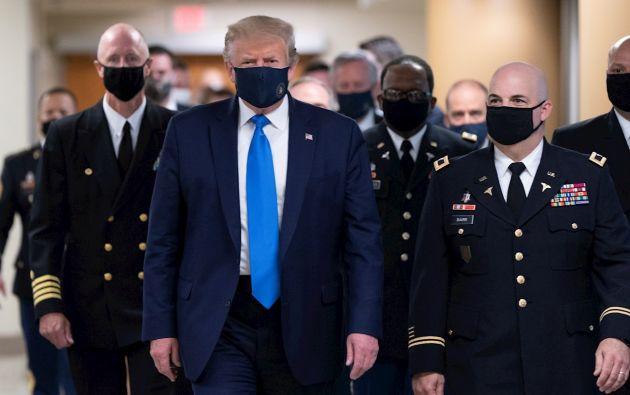 """El presidente de Estados Unidos, Donald Trump, se había resistido a llevar una mascarilla porque considera que """"da una imagen de debilidad"""". Su reciente uso ha generado un debate sobre la situación del país."""