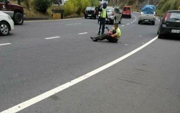 """El policía Ramón Salazar auxilió a personas accidentadas en la avenida Simón Bolívar, de Quito, y vio que había un niño llorando. """"Lo tomó en sus brazos, sacó su celular, se sentó con él y le mostró vídeos para entretenerlo. Poco a poco el niño se fue calmando"""", describió la ministra de Gobierno."""