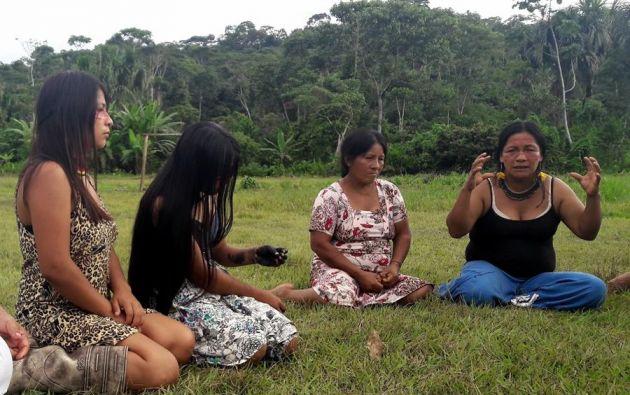 Cada domingo Jaeuneka Ushigua, una mujer de la nacionalidad Sapara de Ecuador, reúne en círculo a las mujeres de su comunidad y aldeas vecinas. Foto: EFE.