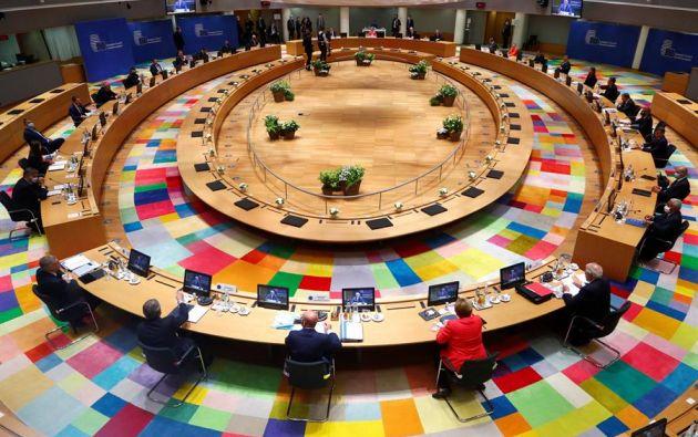 Sala en la que los líderes de la Unión Europea comenzaron este viernes la cumbre para intentarán acordar el presupuesto comunitario para 2021-2027. Foto: EFE.