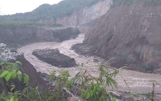 El personal del Parque Nacional Cayambe Coca Zona Baja monitorea el socavón del Río Coca en el sector de San Rafael, en donde se produjo un deslizamiento de tierra. Foto: @SucumbiosMAE