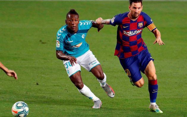 El ecuatoriano Pervis Estupiñán disputa el balón con Leonel Messi. En ese partido, el Osasuna ganó en el Camp Nou. Foto: EFE.