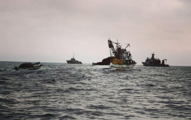 Personal del Ministerio de Salud de Ecuador examinó a los pescadores y activó un protocolo sanitario.
