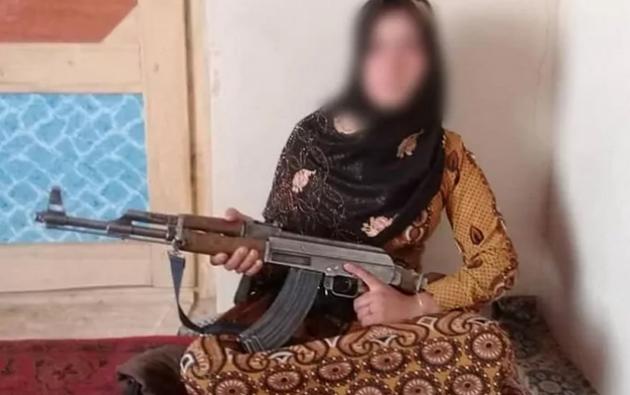 Qamar Gul mató a tiros a dos talibanes en venganza por el asesinato de sus padres.