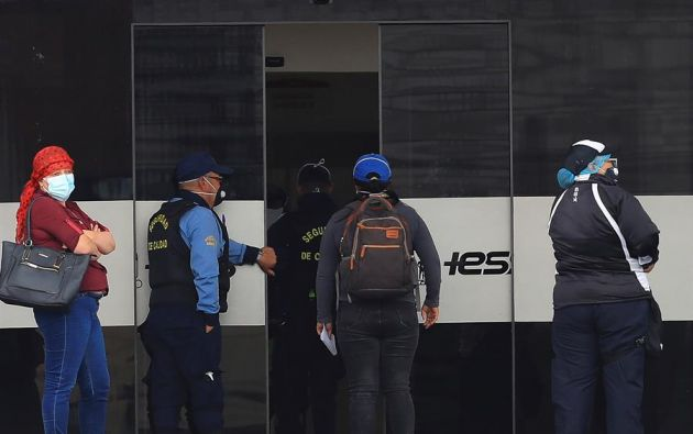 Quito registra 11.900 casos, mientras que Guayaquil tiene 11.788 positivos. Foto: EFE