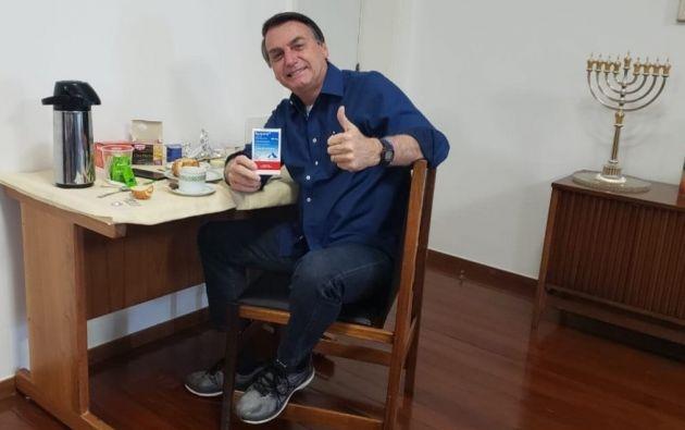En twiiter, el presidente Bolsonaro subió una foto sosteniendo una caja de hidroxicloroquina durante su desayuno.