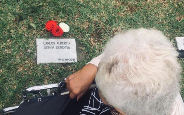María Apolonia Córdova visitó la tumba de su hijo Carlos Ochoa Córdova en el Camposanto de Pascuales, al norte de Guayaquil. Falleció a los 62 años durante la emergencia sanitaria por el covid-19.