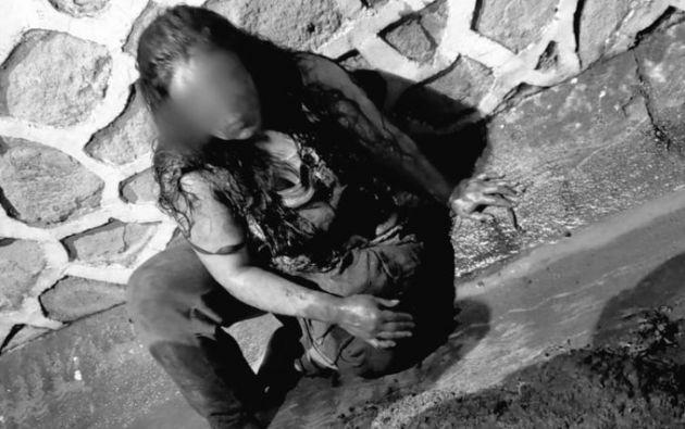 Varias personas intentaron linchar a la mujer, que fue rescatada luego por la Policía y llevada a Fiscalía. Foto: Twitter.