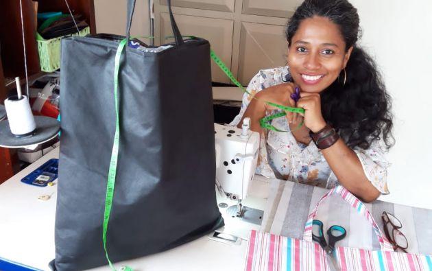 Nedelka Hinojosa elabora bolsos y fundas reutilizables. Para mantener a flote su negocio, también hizo mascarillas.