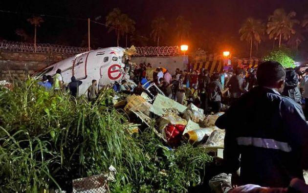 Al menos 10 muertos al salirse de la pista un avión en el aterrizaje en India.