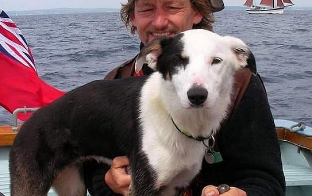 La collie pastor Toobs logró sobrevivir tras caer de un yate y nadar hasta una cueva.