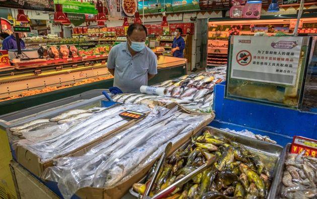 Los expertos chinos recomiendan que al comprar un alimento congelado el consumidor evite el contacto directo con las manos. Foto: EFE