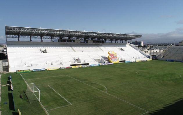 Después de cuatro años del terremoto, la tribuna del Estadio Jocay de Manta está a punto de finalizar su construcción. El campeón del fútbol ecuatoriano, Delfín, juega aquí sus partidos de local.