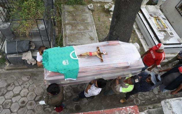 Los entierros se siguen realizando a lo largo y ancho de este territorio, aunque en algunos casos con la presencia de menos acompañantes. Foto: EFE