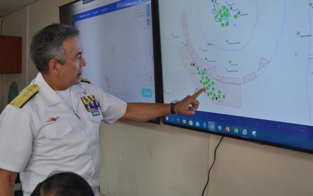 Darwin Jarrín Cisneros, comandante general de la Armada, mostrando la ubicación de una flota pesquera extranjera. Foto: EFE