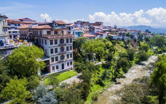 Un recorrido desde Quito hasta Cuenca o viceversa, con paradas intermedias en Latacunga, Ambato y Riobamba.