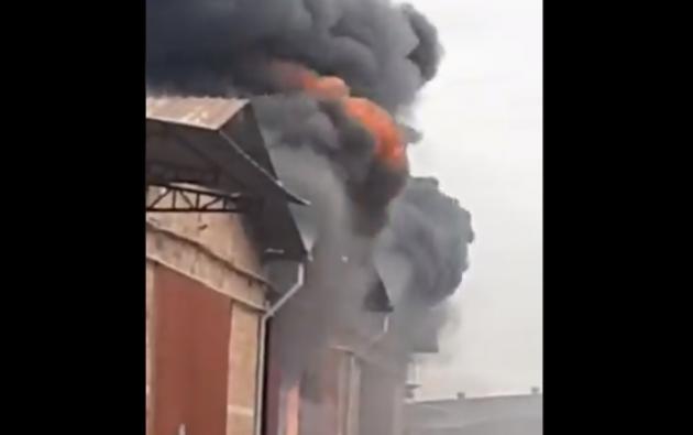 Tres bodegas de electrodomésticos estarían en llamas.