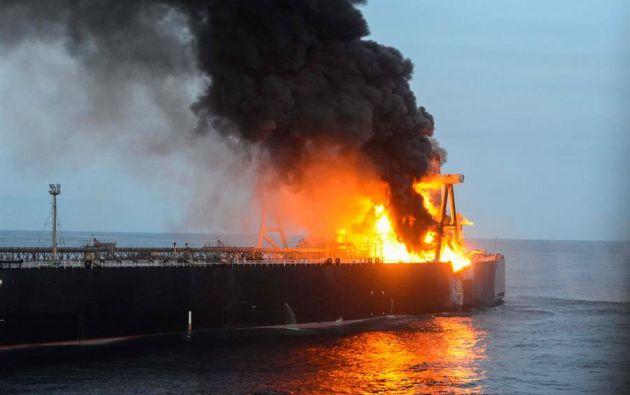 El petrolero desató este viernes el temor a un vertido en el océano Indico. Foto: EFE