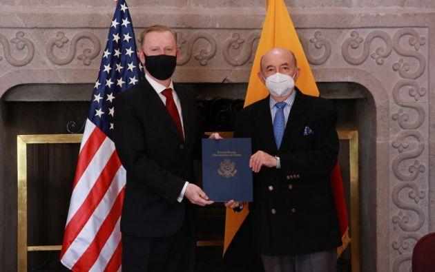 El embajador estadounidense en el país, Michael Fitzpatrick, y el canciller de Ecuador, Luis Gallegos.