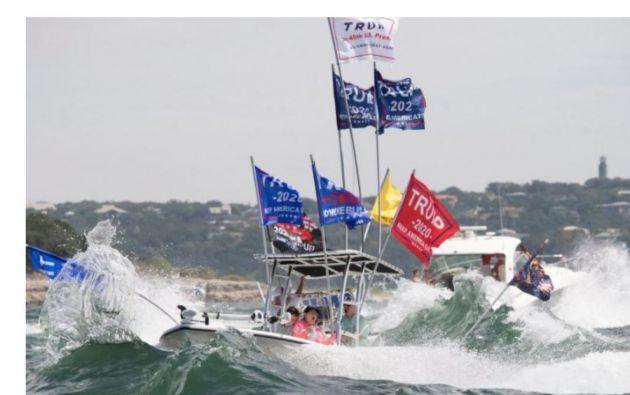 En fotografías y videos difundidos en las redes sociales y en distintos medios locales se observan algunas embarcaciones envueltas en grandes olas.