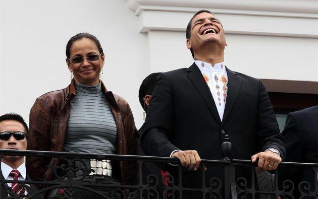 Fotografía del 27 de febrero de 2012, muestra al entonces presidente, Rafael Correa, y su hermana, Pierina Correa, mientras asisten al cambio de guardia militar en el Palacio de Gobierno. Foto: EFE