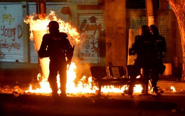 Fuerzas del Esmad enfrentan manifestantes durante una protesta por la muerte del abogado Javier Ordóñez, que murió luego de un brutal sometimiento por parte de dos policías en Bogotá. Foto: EFE