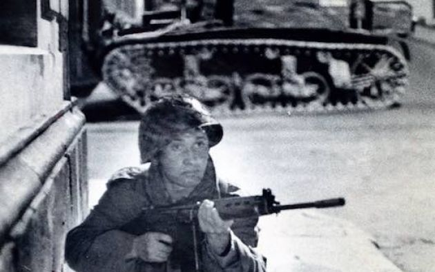 A las 9h30 los tanques de guerra entraron en acción escupiendo fuego por sus pesadas ametralladoras. Los generales sublevados ordenaron el asalto al Palacio. Gobernaba el general Guillermo Rodríguez Lara.