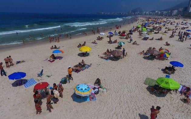 Fotografía con dron de bañistas en la playa de Leme en Río de Janeiro. EFE