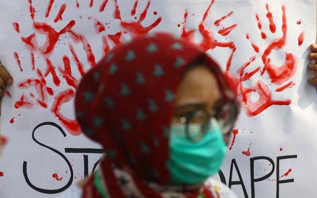 """Cientos de personas, en su mayoría mujeres, salieron a las calles en varias ciudades de Pakistán para protestar por """"la violencia patriarcal contra la mujer"""". Foto: EFE"""