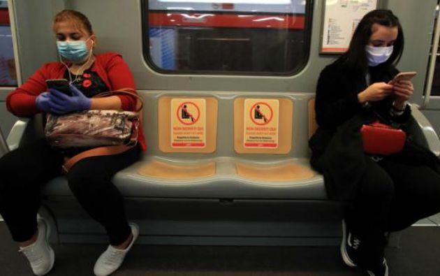 Distanciamiento social en transporte público de Italia. Foto: EFE
