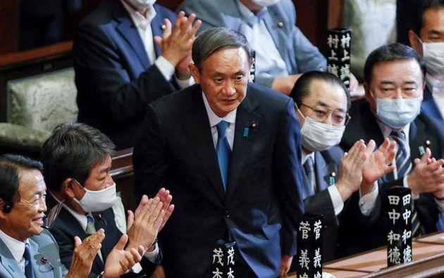 Yoshihide Suga, aplaudido por sus compañeros de partido tras ser elegido primer ministro. Foto: EFE