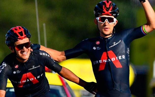 Richard Carapaz entra de la mano de su compañero Michal Kwiatowski en la etapa 18. Foto: EFE