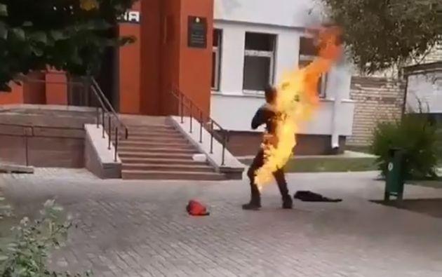 Extracto del video donde el hombre se prende fuego. Foto: video Telegram,  agencia Nexta
